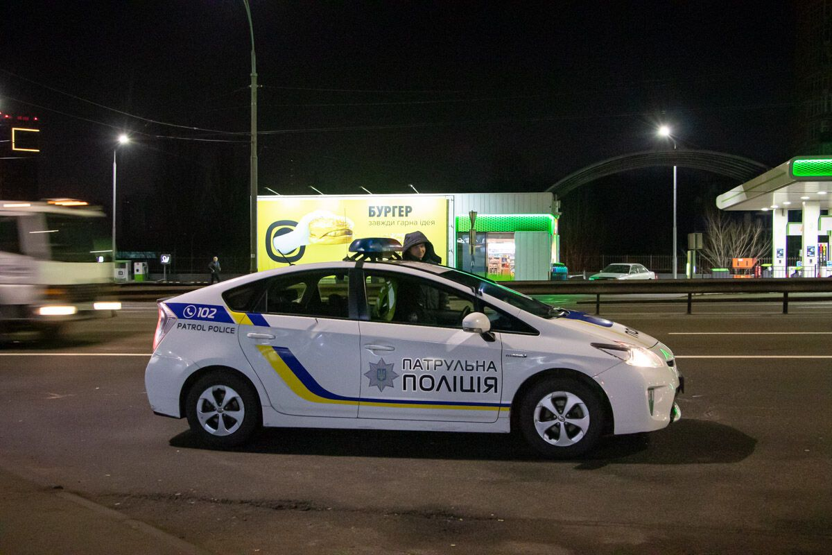 У Києві, біля рейок на залізничному вокзалі Караваєві дачі, виявили тіло чоловіка у розірваній куртці