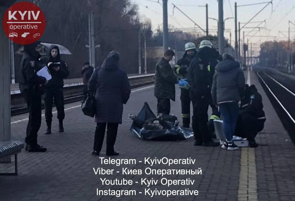 В Киеве, возле рельс на железнодорожном вокзале Караваевы дачи, обнаружили тело мужчины в рваной куртке