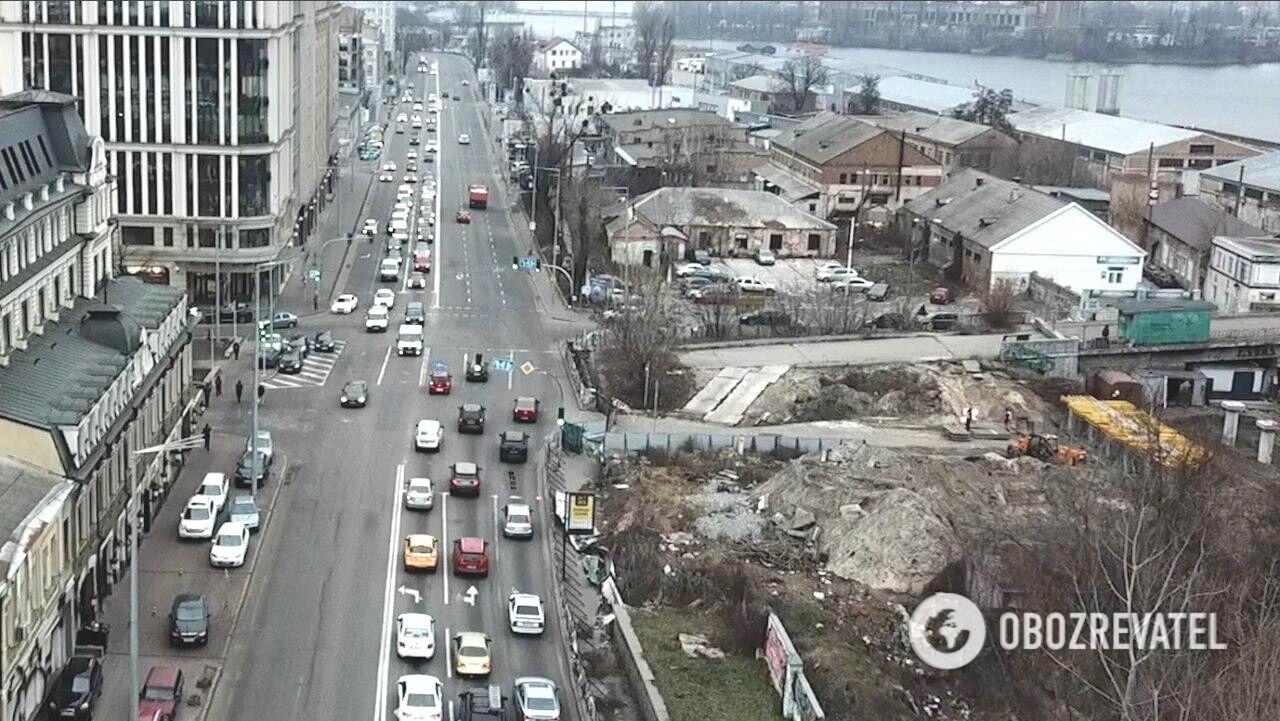 На перекрестке ул. Нижний Вал – Набережно-Крещатицкая постоянно собирается транспорт  Справа – демонтированный мост