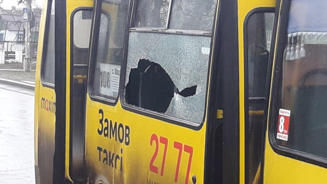 У Маріуполі автобус протаранив зупинку з людьми