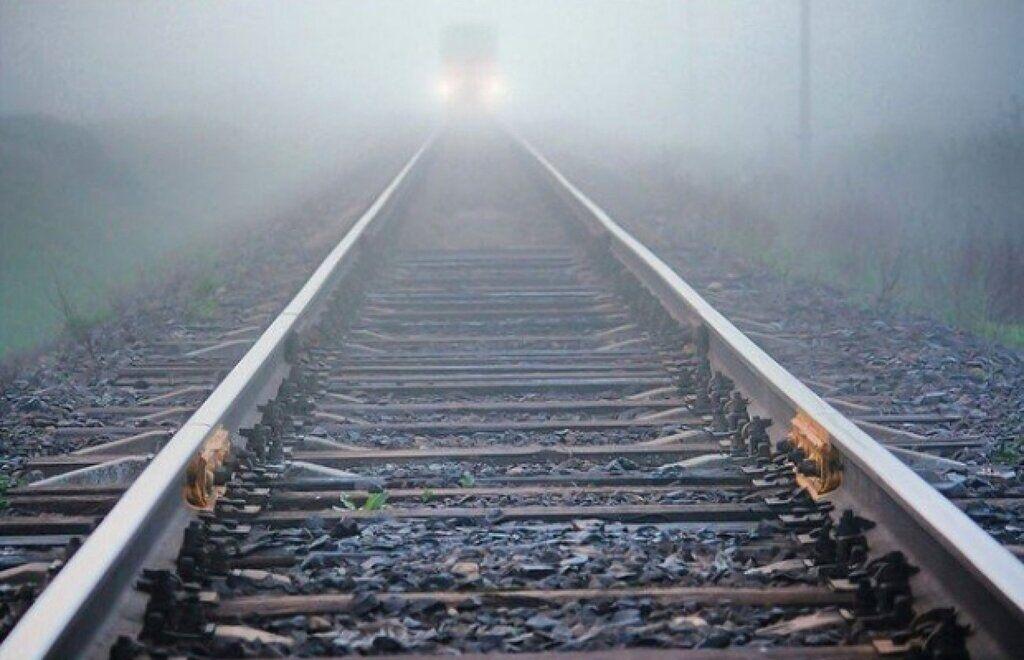 Легла на рельсы: на Прикарпатье трагически погибла 19-летняя девушка