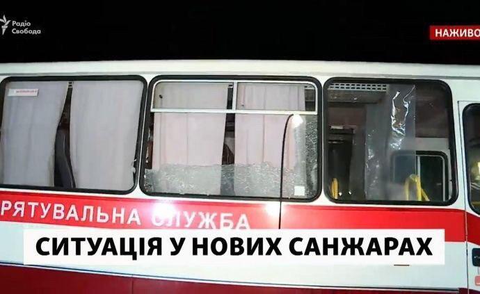 """Автобусы разбиты камнями: украинцы из Уханя """"прорвались"""" в Новые Санжары"""