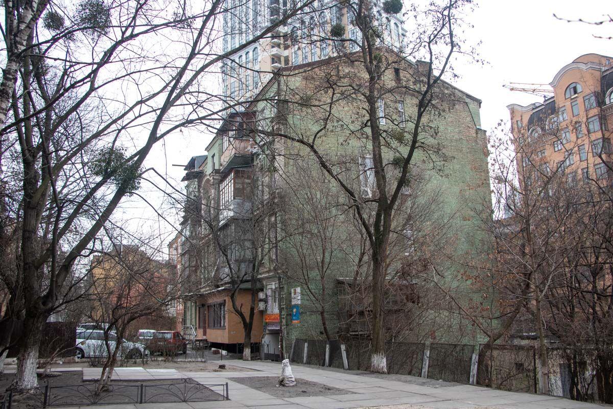 В Киеве на архитектурном памятнике заметили неуклюжую надстройку