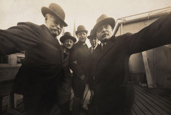 Слева-направо: Джозеф Байрон и его друзья Пирье МакДональд, Теодор Марсо, Поп Кор, Бен Фолк, декабрь 1920 года