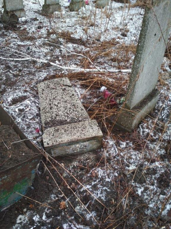 "Террористы ""ЛНР"" разбомбили из артиллерии кладбище"