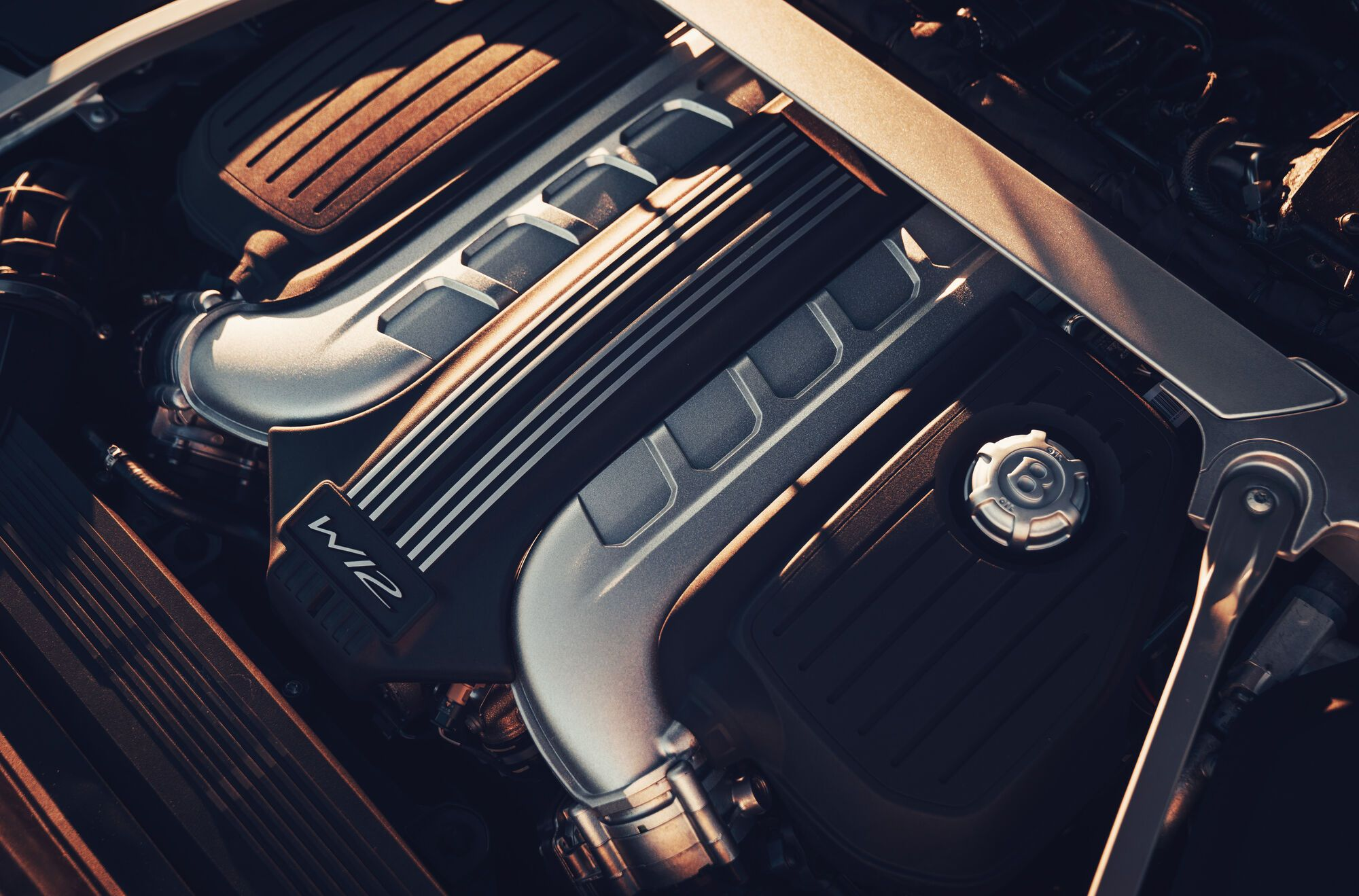 Bentley Flying Spur оснащается 12-цилиндровым 6-литровым мотором мощностью 635 сил