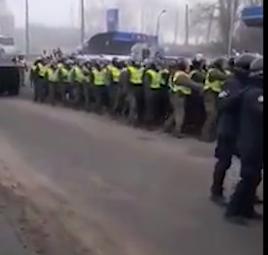 """В Новых Санжарах авто протестующих """"зачистили"""" спецтехникой"""