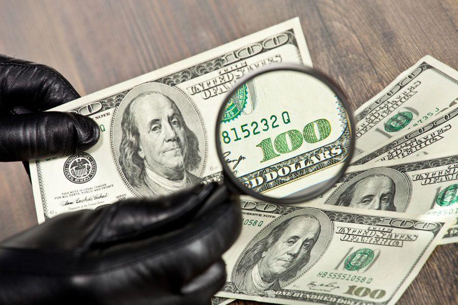 Подделывать могут доллары как старого образца, так и нового