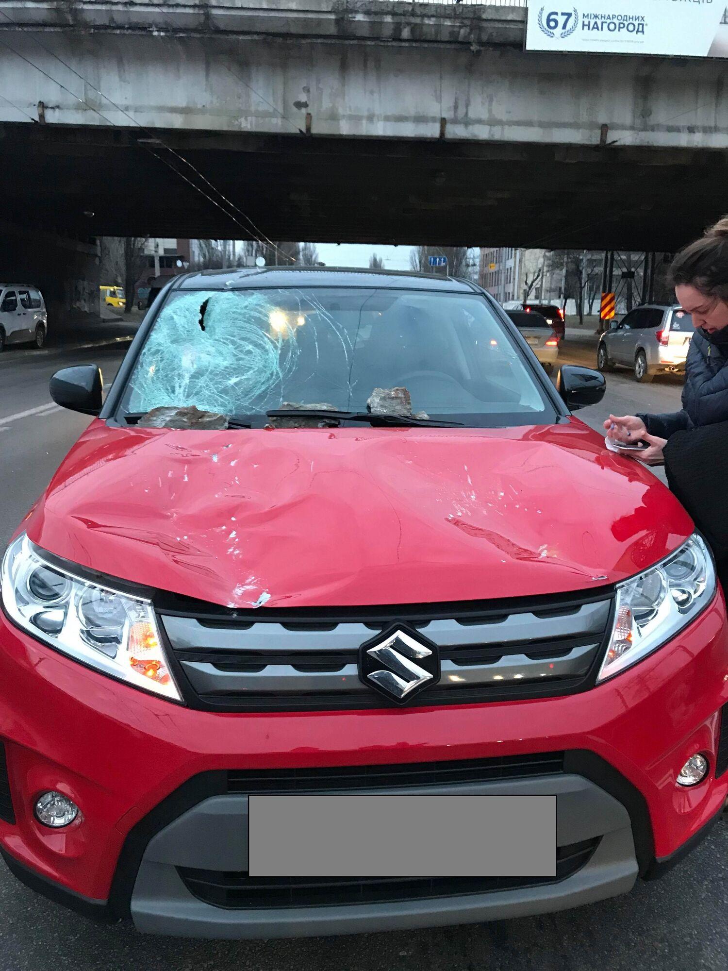 У Києві шматок Дегтярівського моста впав на машину