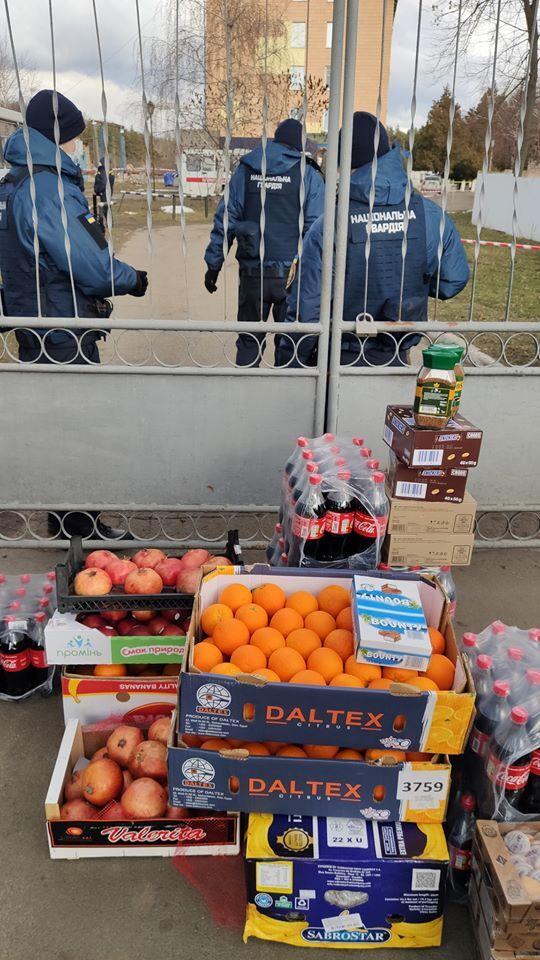 Переселенцы привезли еду для украинцев из Уханя в Новых Санжарах