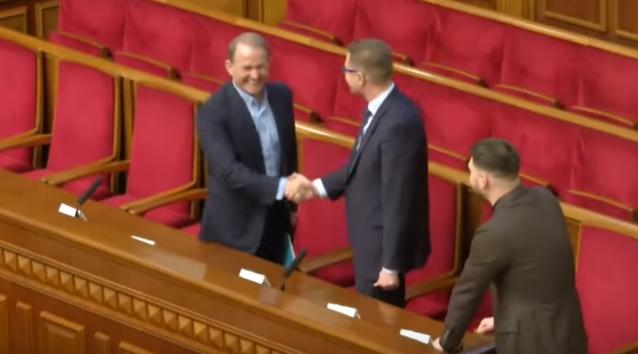 Медведчук потиснув руку Баканову