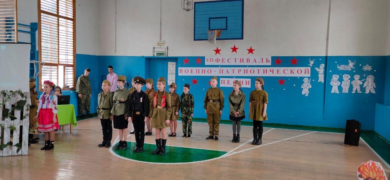 Окупанти одягли дітей у військову форму