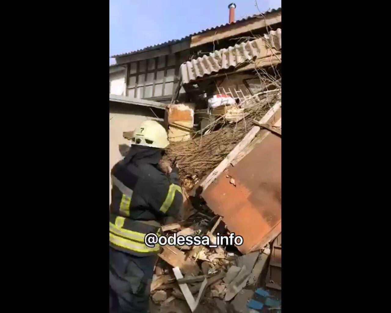 В Одесі ураганний вітер повалив житловий будинок