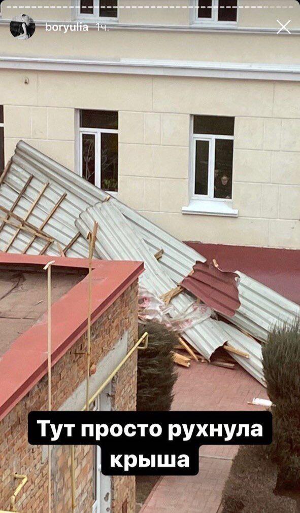 Ветер повредил крышу у здания вуза