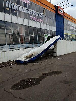 Вітер зірвав вивіску магазину