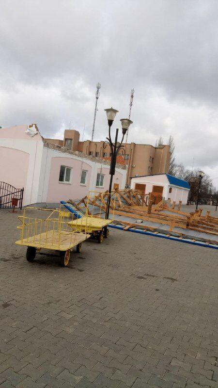 Знесло дах будівлі туалету на вокзалі