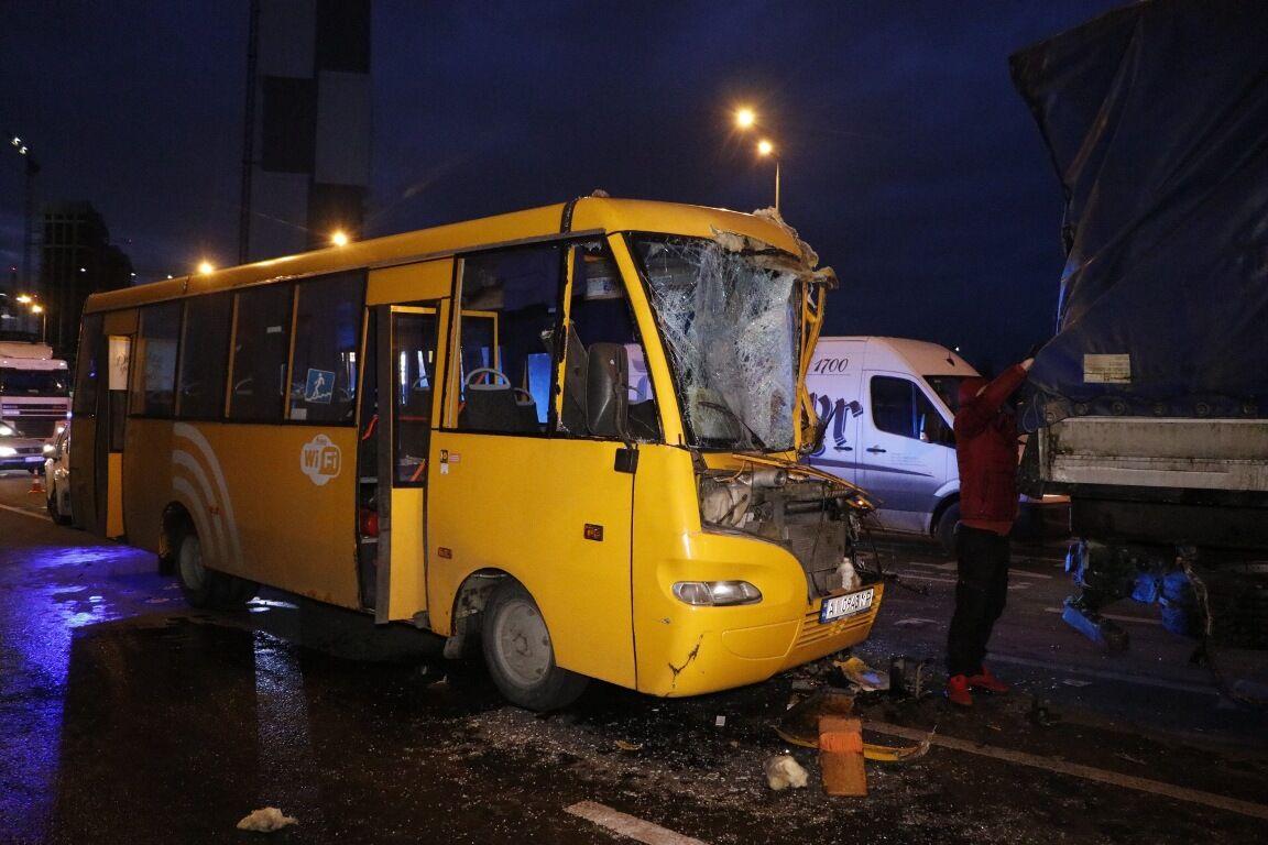 ДТП із маршруткою і вантажівкою в Києві