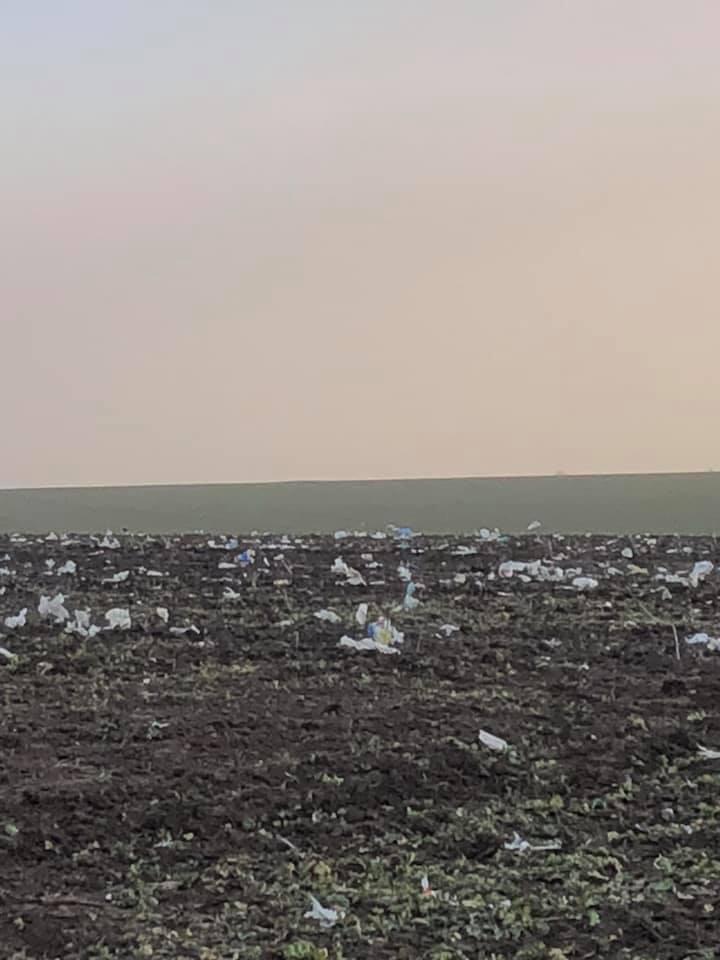 Ураган разнес по округе миллионы пакетов с мусоросвалки