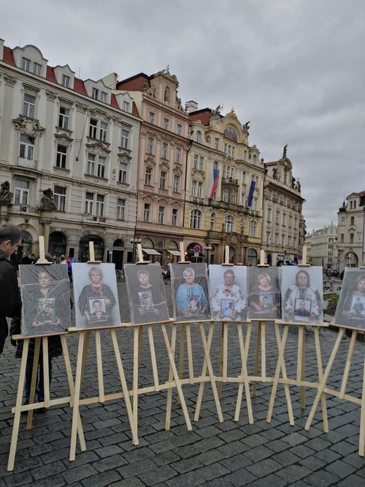 """Фотовыставка """"Мы. Мамы. Сильные"""" в Праге"""