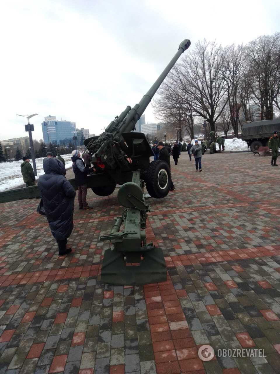 """На Донбасі терористи організували """"виставку"""" озброєння"""