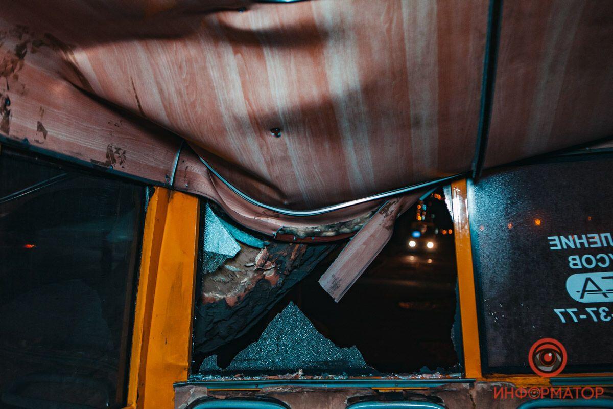 В Днепре на маршрутку с пассажирами рухнуло дерево