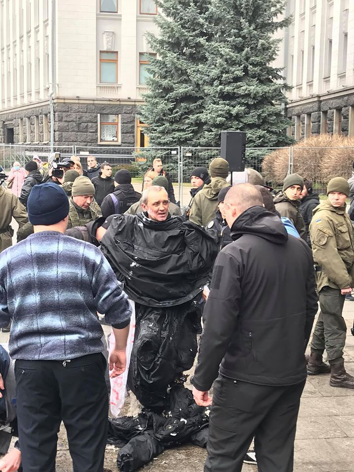 В Киеве под Офисом президента мужчина совершил самоподжог