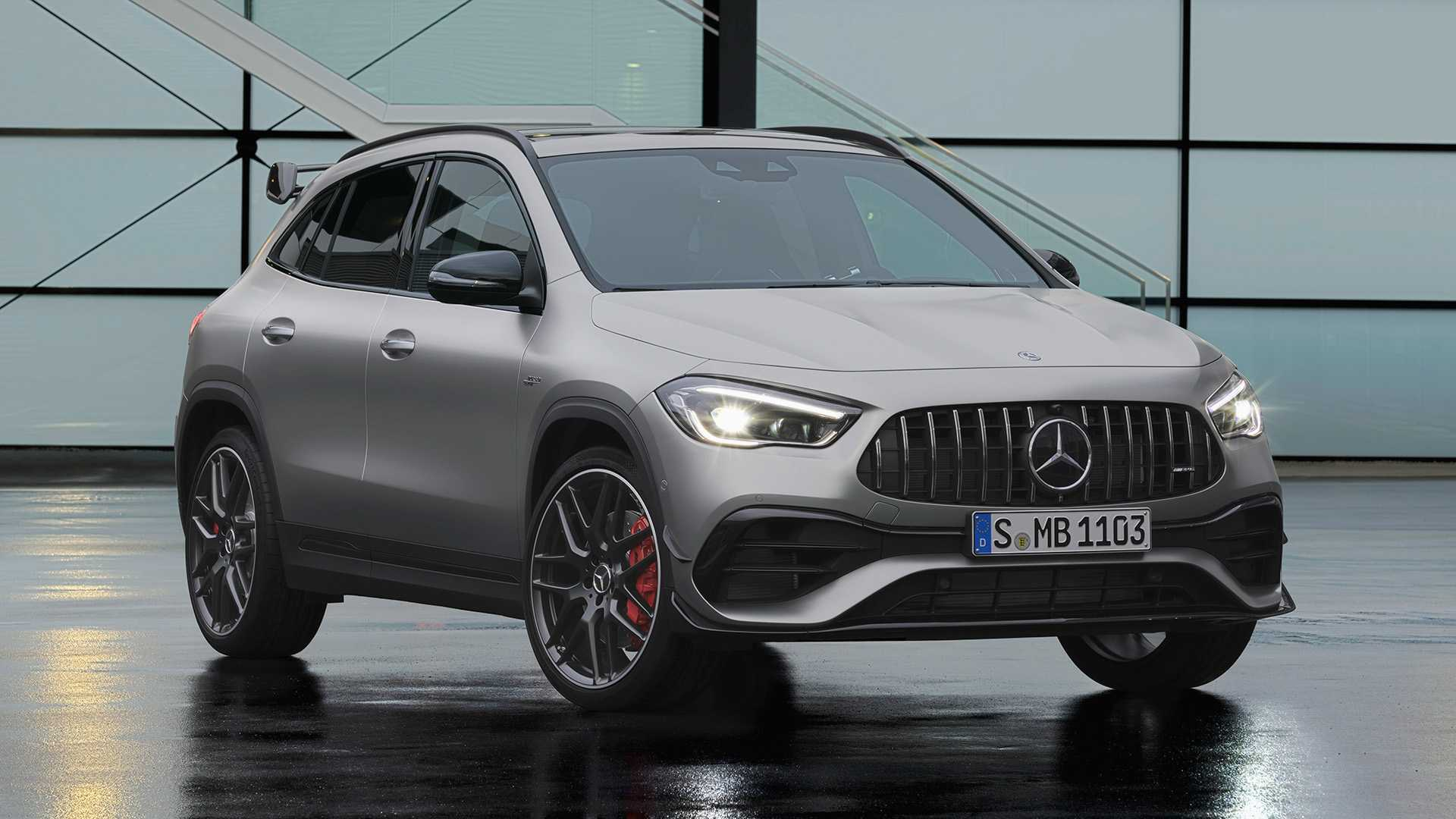 Узнать Mercedes-AMG GLA 45 не составит труда благодаря собственному аеродинамическому обвесу, выразительномцу бамперу и стильным легкосплавным дискам