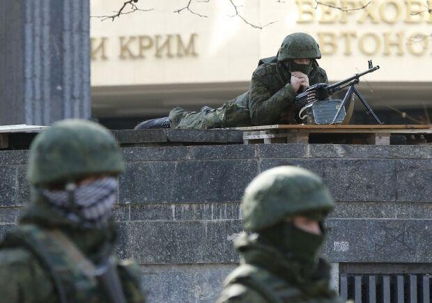 Российские военные охраняют захваченные правительственные здания в Крыму