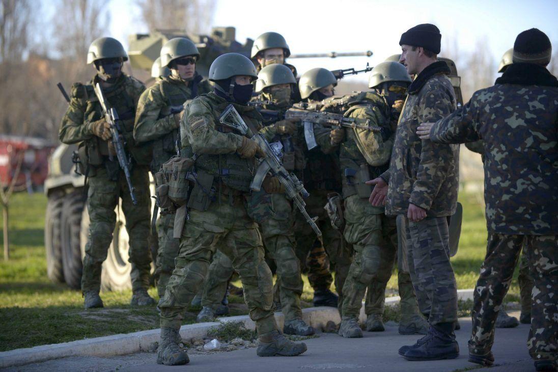 """""""Зеленые человечки"""" против украинских военнослужащих"""