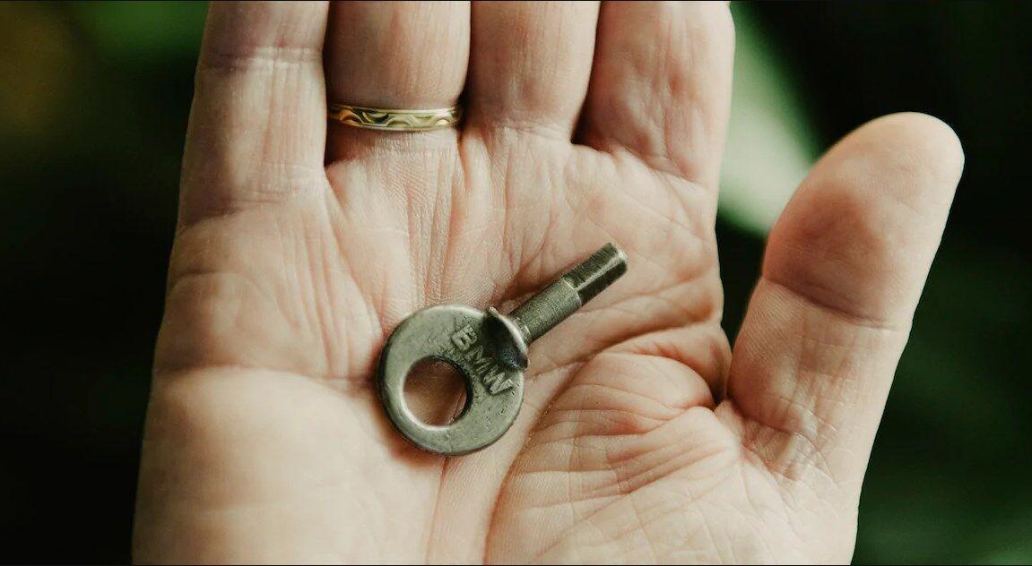 Этим ключом замыкался моторный отсек, в котором скрывался Манфред Костер