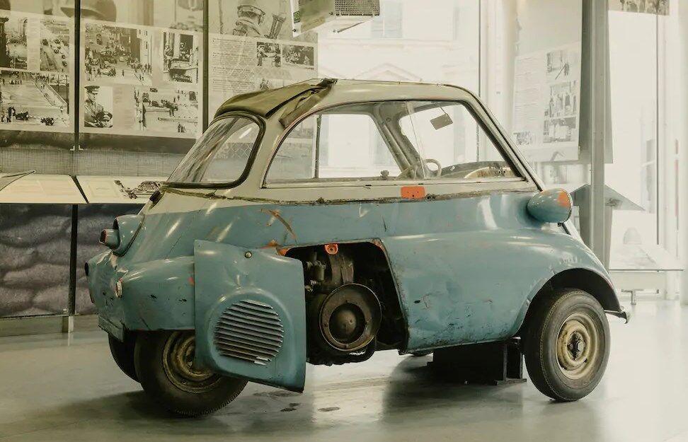 Музейный экспонат – воссозданная по мотивам реальной истории спасительная BMW Isetta. Но цвет кузова другой