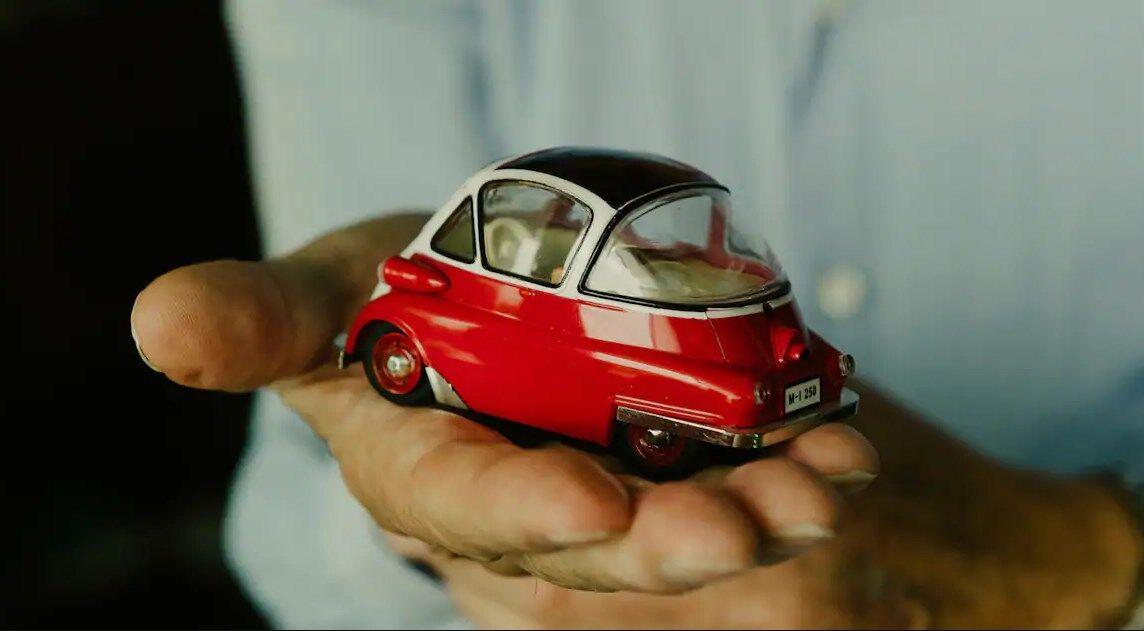 Красно-белая Isetta – точная копия реального автомобиля Клауса-Гюнтера Якоби