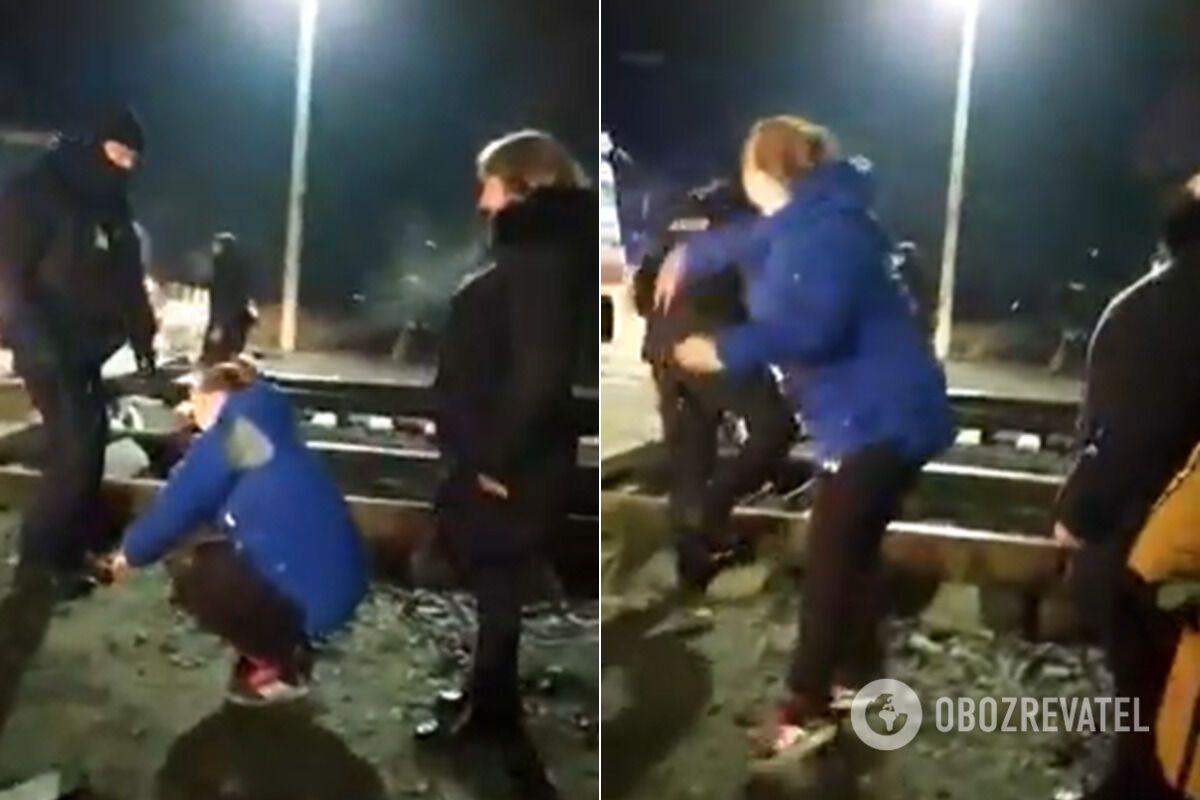Камнями в автобусы с эвакуированными бросали даже женщины