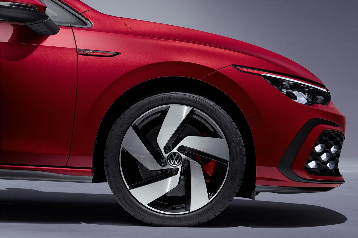 Тормозные суппорты на новых спортивных моделях Golf окрашены в красный цвет