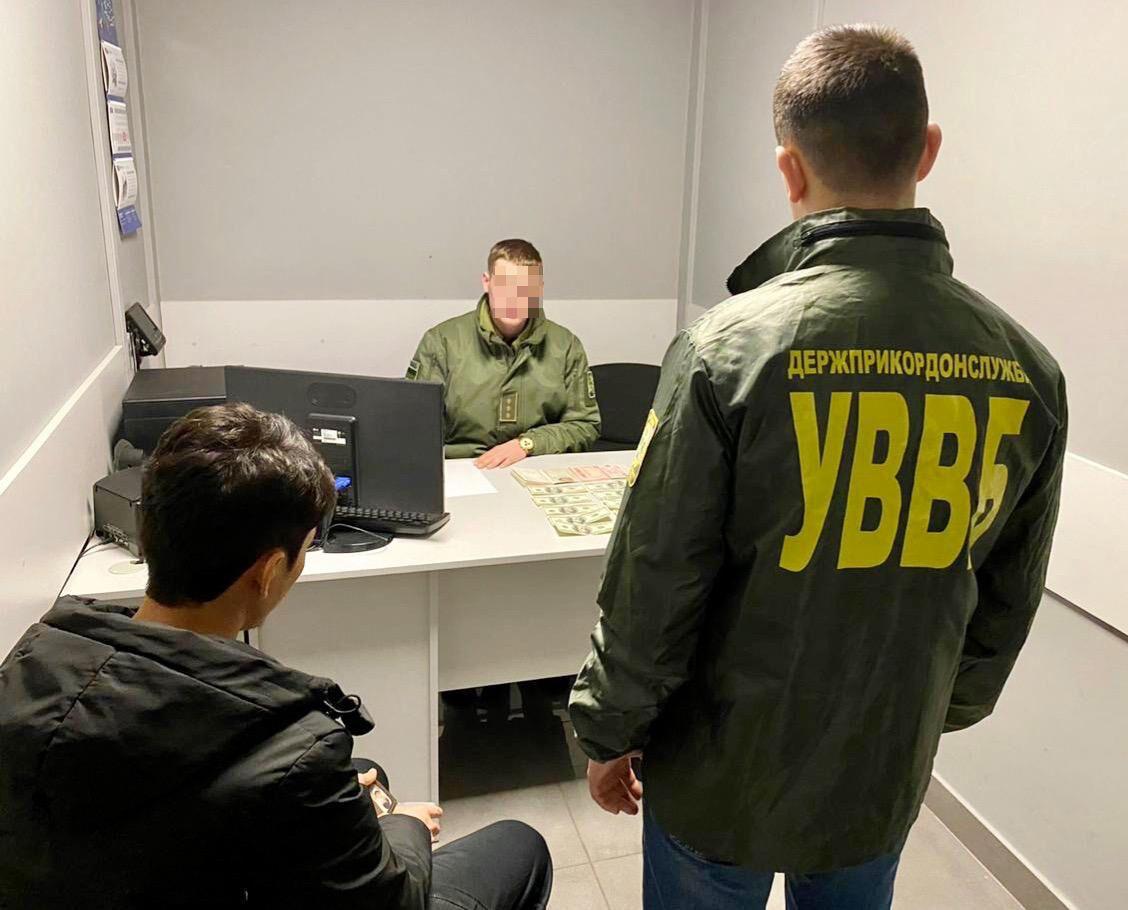 В аеропорту Одеси прикордонник відмовився від хабара в 1 000 доларів