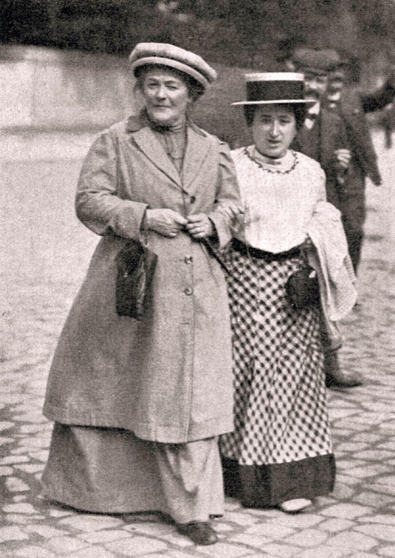 Клара Цеткін (зліва) і Роза Люксембург. Магдебург, січень 1910