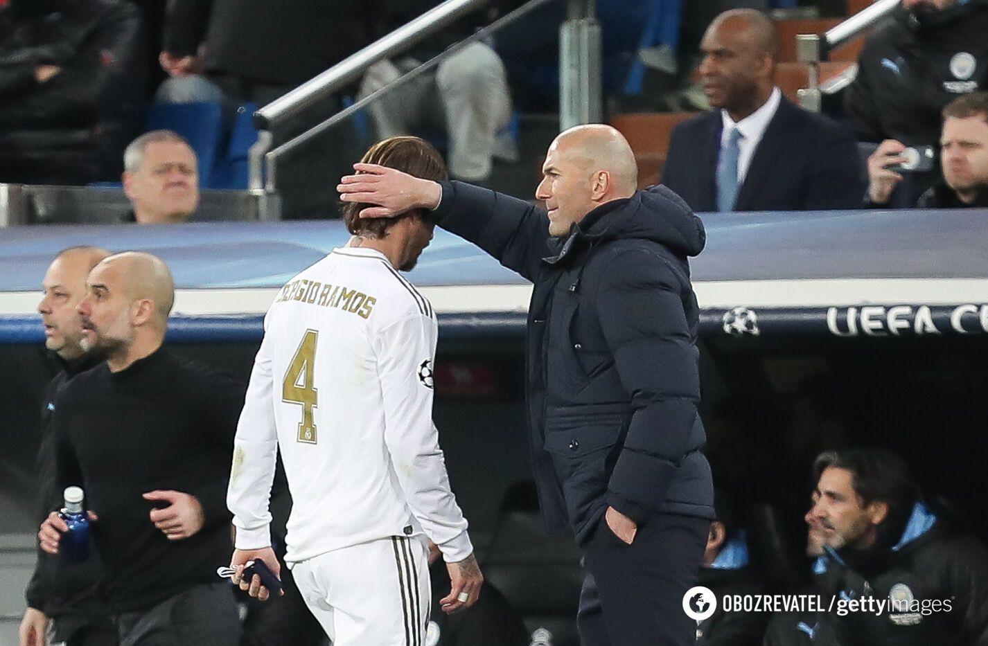 """Зінедін Зідан (праворуч) підбадьорює Серхіо Рамоса після видалення в матчі з """"Манчестер Сіті"""""""