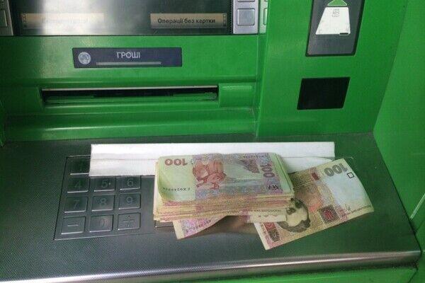Із карток українців крадуть гроші за допомогою банкоматів: схеми