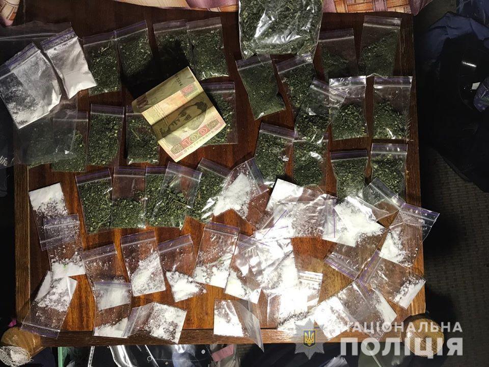 Правоохорнці Київщини затримали злочинну групу, яка збувала наркотики через Telegram-канал