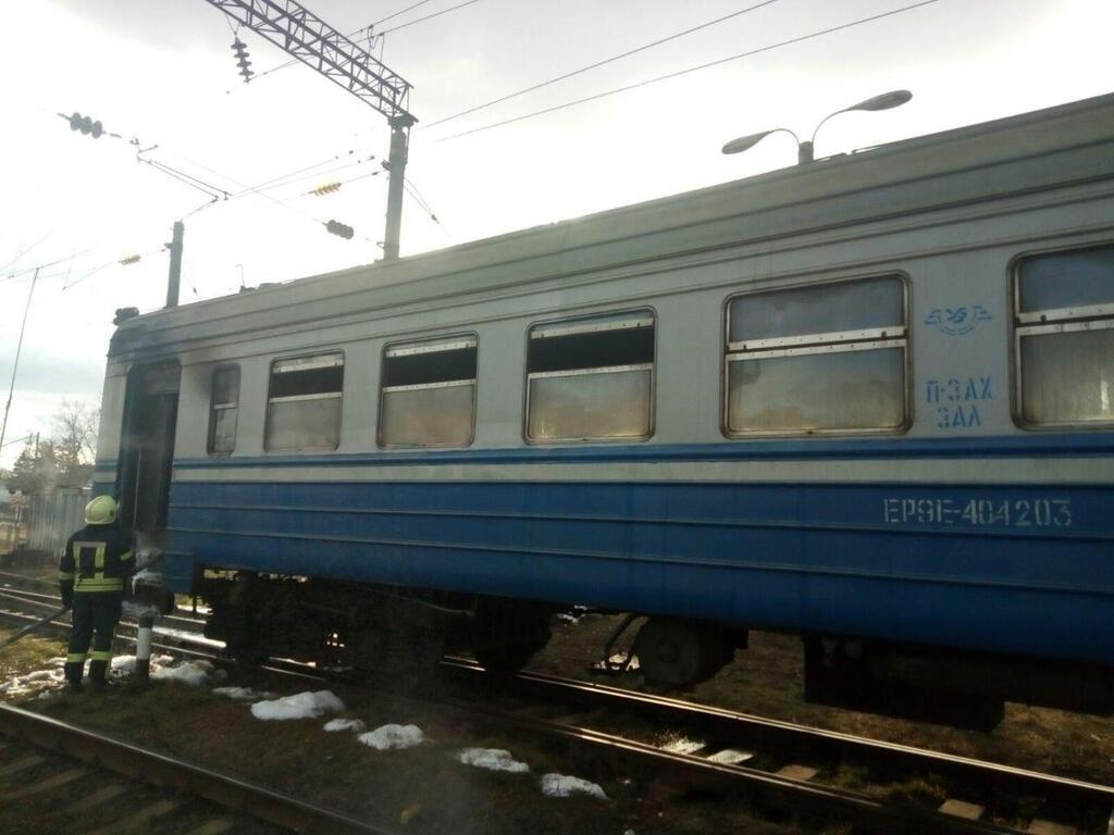 У Києві спалахнула масштабна пожежа в електричці