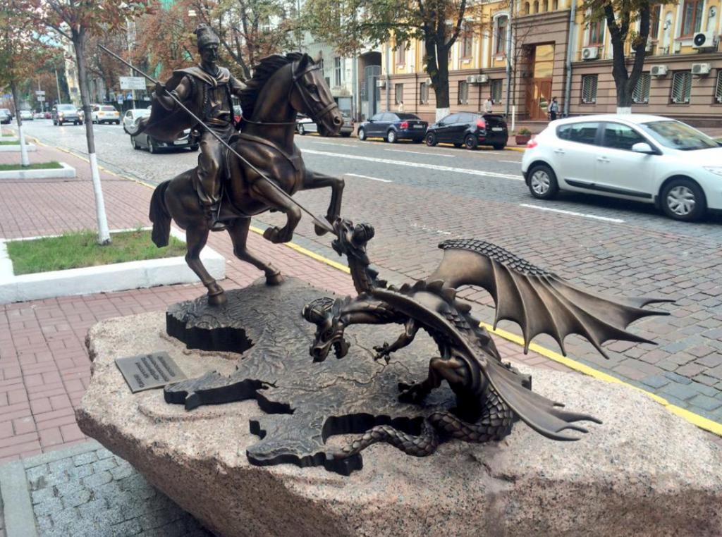 Скульптура: битва козака с змеем на Донбассе