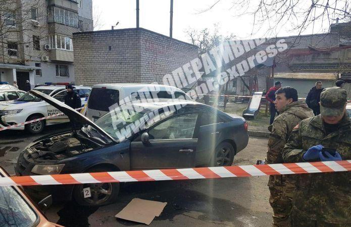 В Днепре во дворе жилого дома гранатой взорвали авто