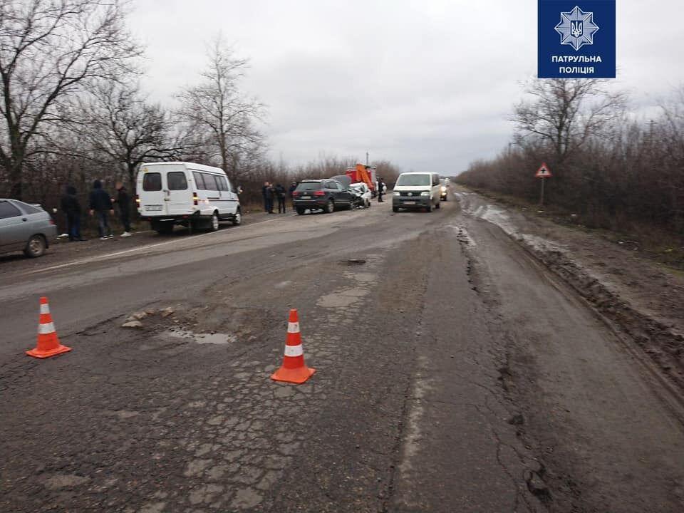Один из водителей объезжал яму на дороге