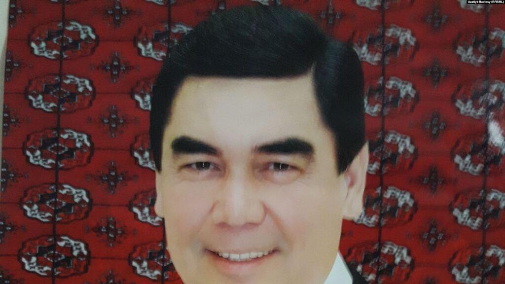 Старий портрет президента Туркменістану з чорним волоссям