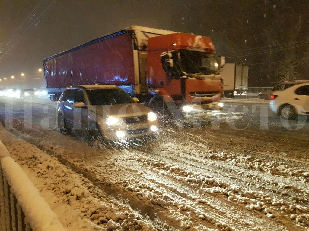 На Днепропетровщине в пробках застряли тысячи авто