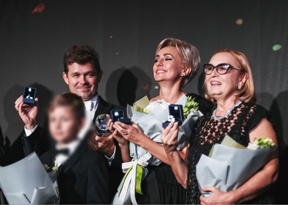 Андрей Сотник с сыном, женой и матерью