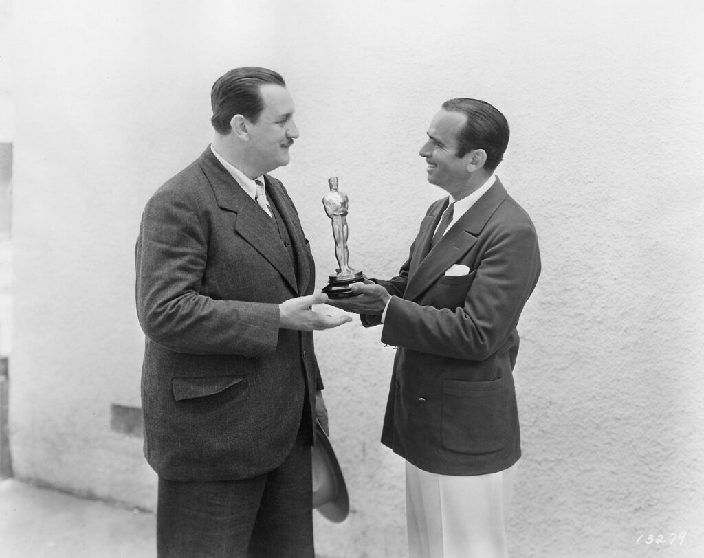 """Джозеф Фарнхем отримує свій """"Оскар"""" від ведучого Дугласа Фербенкса"""
