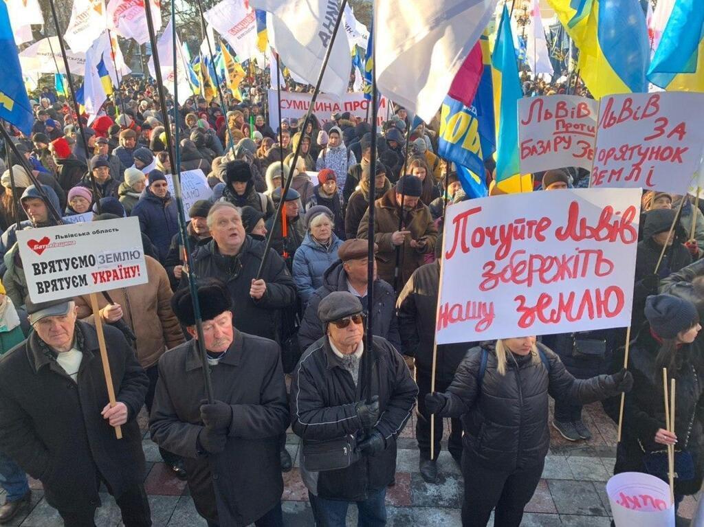 В Киеве устроили акции против продажи земли в Украине