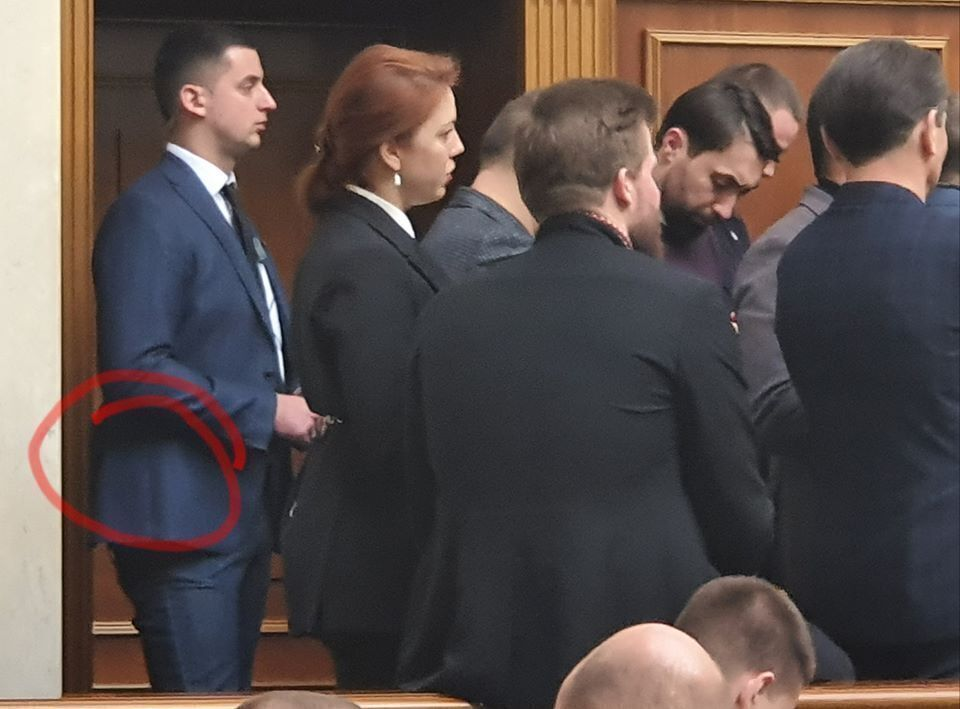 У Раді помітили озброєного: Стефанчук відповів