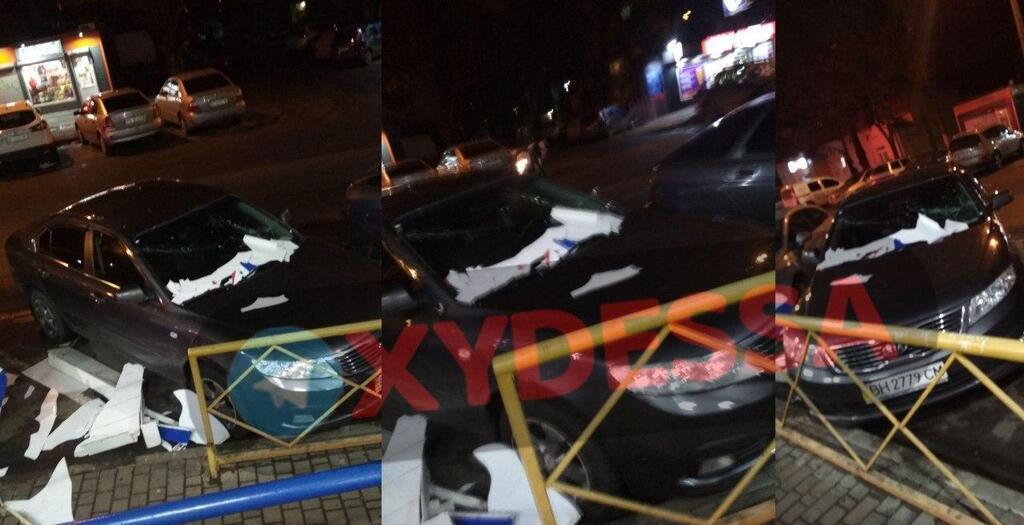 Вночі 6 лютого в Одесі зірвало дах супермаркету, уламками якого пошкодило припарковані авто